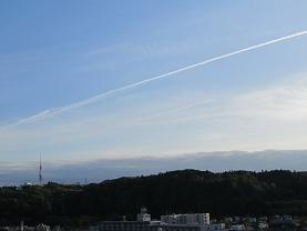 青葉山と飛行機雲 s  .jpg